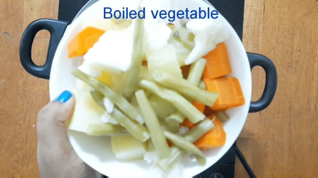 Vegetarian-thai-yellow-curry-boiled-veg