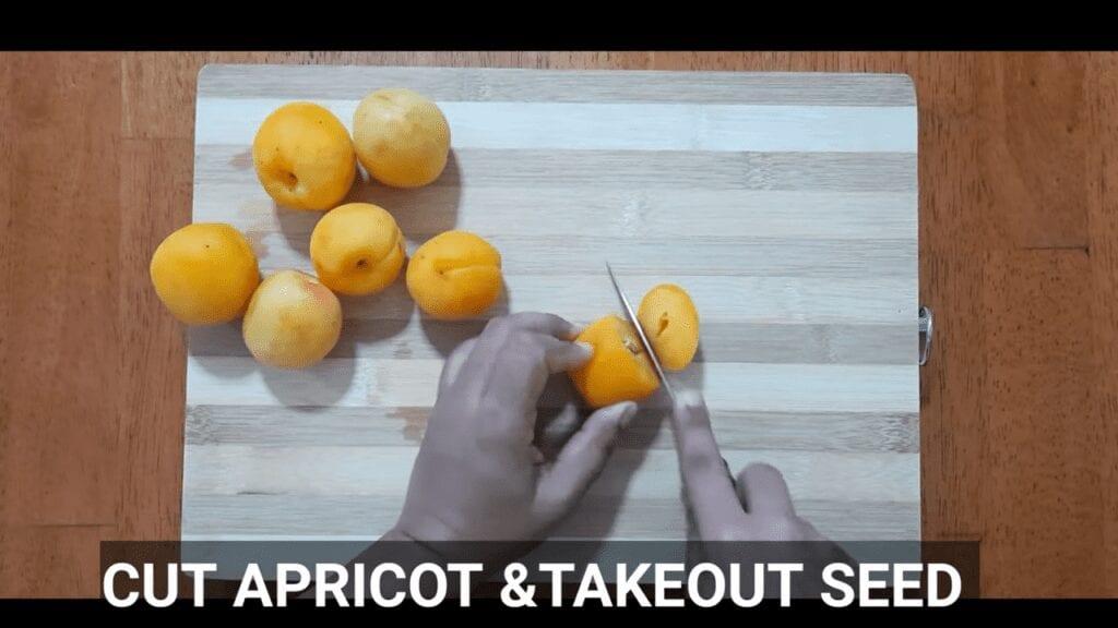 homemade-apricot-jam-cut-apricot