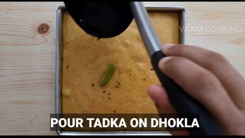 instant-khaman- dhokla-pour-tadka