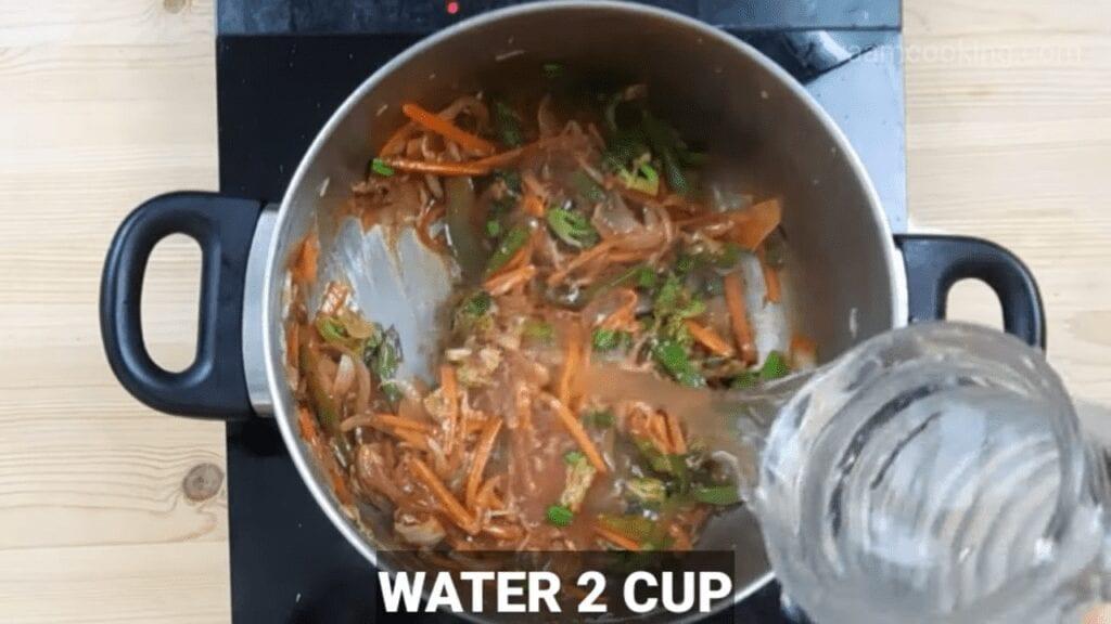 American-chop-suey-sauce-water