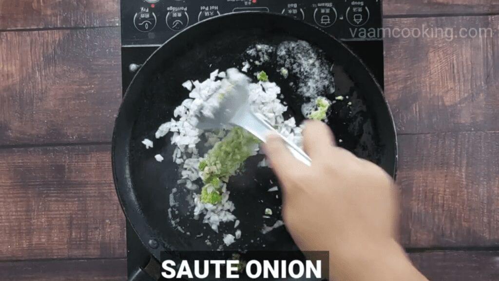 masala-pav-recipe-saute-onion